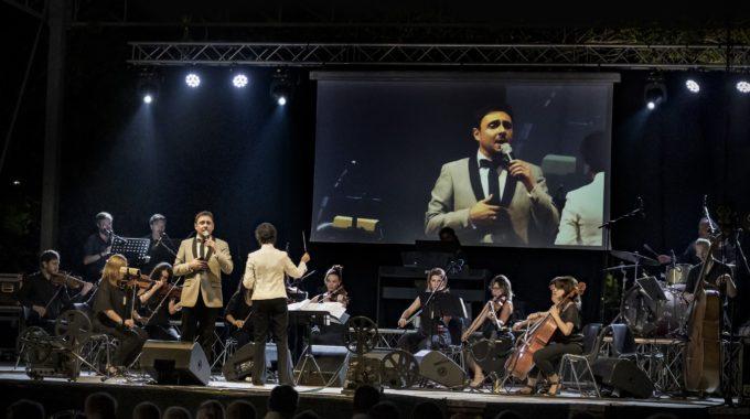 Il crooner Matteo brancaleoni durante un esibizione della serata accompagnato dalla Dean Martin Orchestra